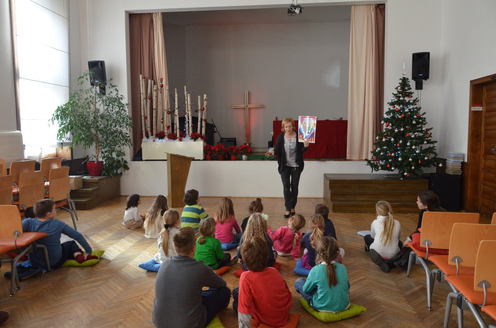 Otroci med poslušanjem božične zgodbe